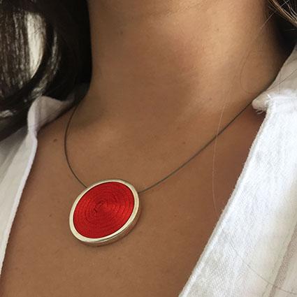 Collar de plata con hilo satinado rojo