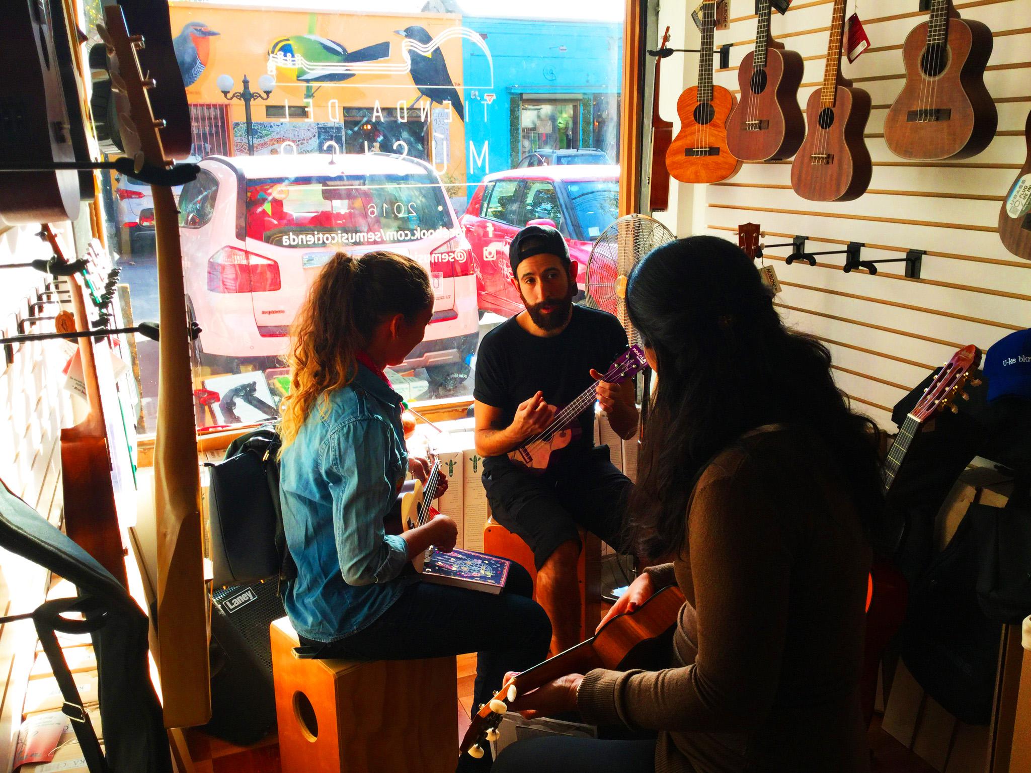 Ser músico no es sólo para algunos y algunas. Te enseñamos ukelele en sólo 5 minutos.